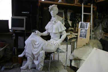 скульптура женщины из гипса