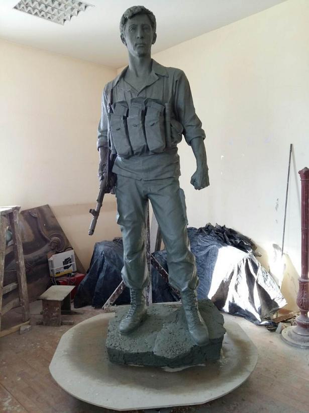солдат большая скульптура